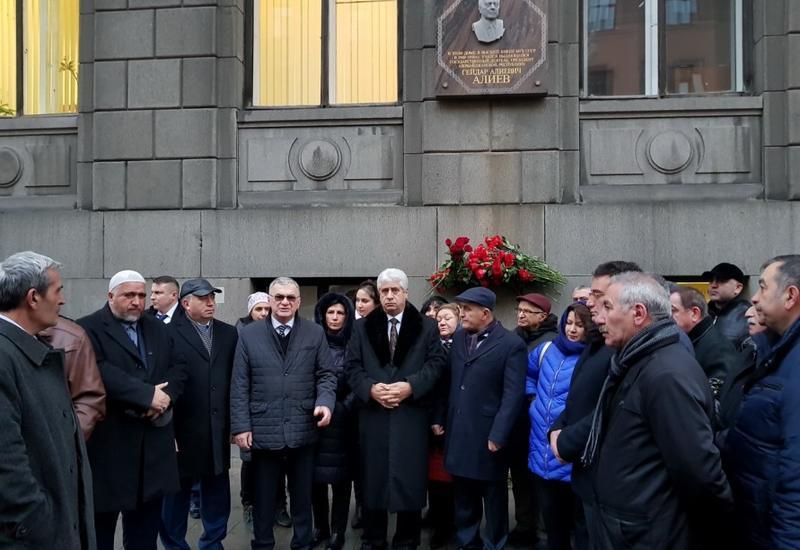 В Санкт-Петербурге почтили память великого лидера Гейдара Алиева
