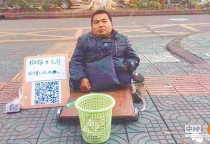 """Нет наличных? Китайские попрошайки теперь принимают мобильные платежи <span class=""""color_red"""">- ФОТО</span>"""