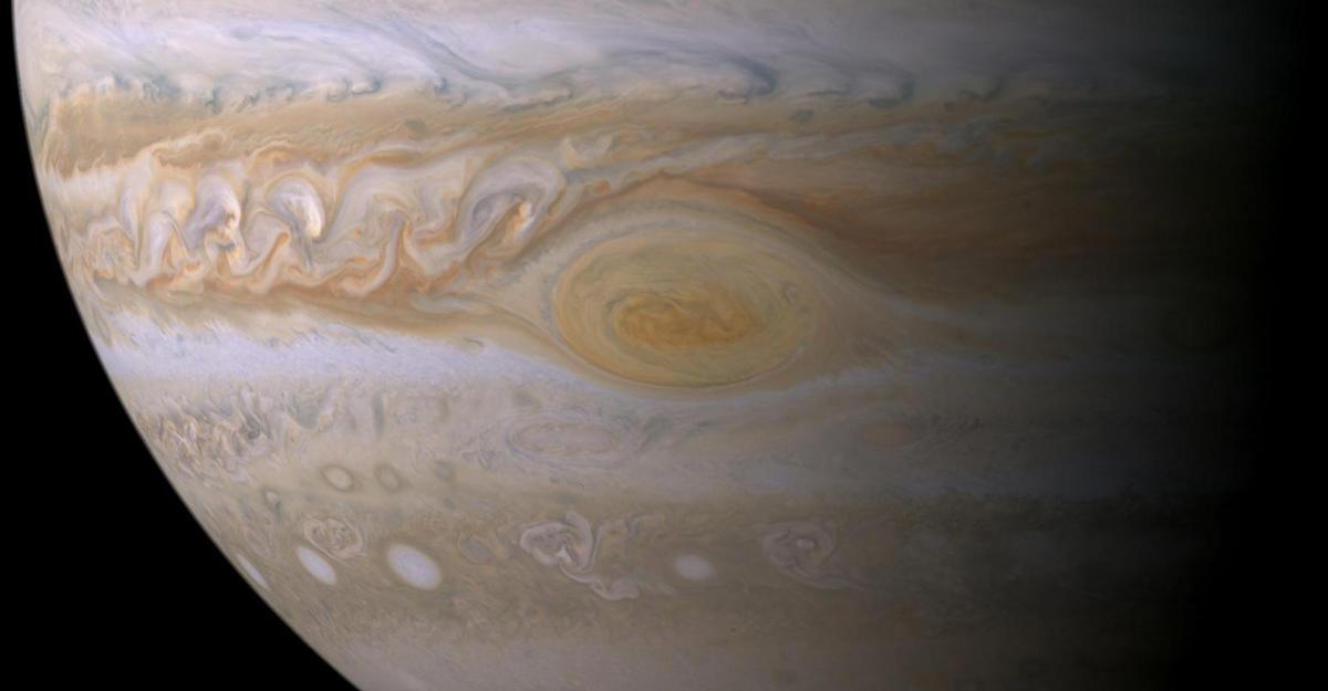 Зонд Juno заглянул внутрь огромного красного пятна наЮпитере