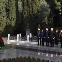 "Президент Ильхам Алиев и его супруга Мехрибан Алиева посетили могилу Общенационального лидера Гейдара Алиева <span class=""color_red"">- ФОТО</span>"