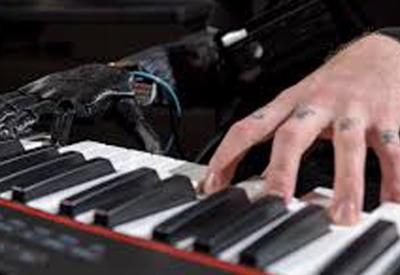 """Музыкант без руки снова смог играть на пианино благодаря протезу <span class=""""color_red"""">- ВИДЕО</span>"""