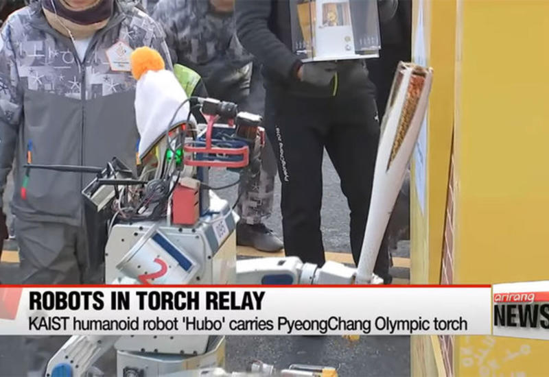 """Робот впервые принял участие в Олимпийской эстафете <span class=""""color_red"""">- ВИДЕО</span>"""
