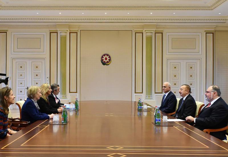 """Президент Ильхам Алиев принял Госминистра Великобритании по торговле и поощрению экспорта <span class=""""color_red"""">- ФОТО</span>"""
