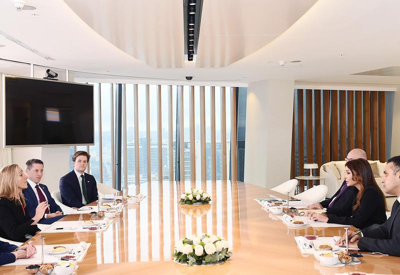 """Первый вице-президент Мехрибан Алиева встретилась с госминистром Великобритании по торговле и поощрению экспорта <span class=""""color_red"""">- ФОТО</span>"""