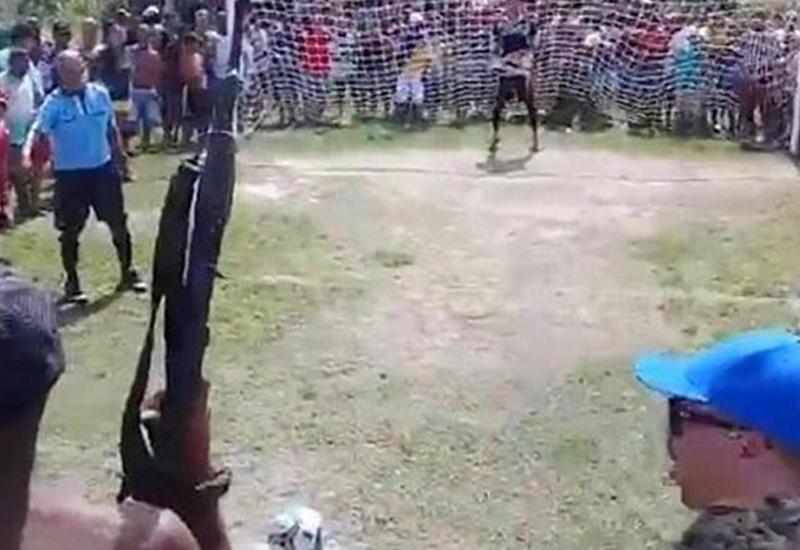 """Дичайшее видео из Бразилии, где парень бил пенальти под дулом автомата <span class=""""color_red"""">- ВИДЕО</span>"""