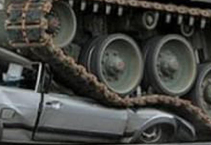 В Ереване легковушку раздавили танками