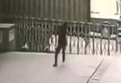 """Çində ticarət mərkəzində dəhşət: intihar edən qız mühafizəçinin üstünə düşdü <span class=""""color_red"""">- VIDEO</span>"""