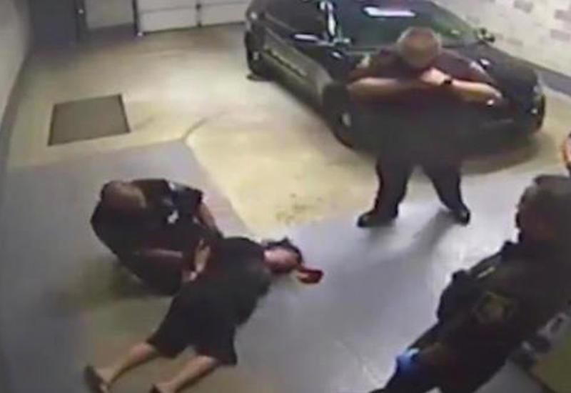 """Жестокое обращение полицейских в США с женщиной в наручниках попало на камеры <span class=""""color_red"""">- ВИДЕО</span>"""