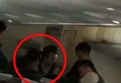 """В Китае авиарейс прервали из-за пассажирки, одержимой злыми духами <span class=""""color_red"""">- ВИДЕО</span>"""