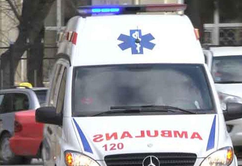 В Баку автомобиль врезался в столб, есть погибший