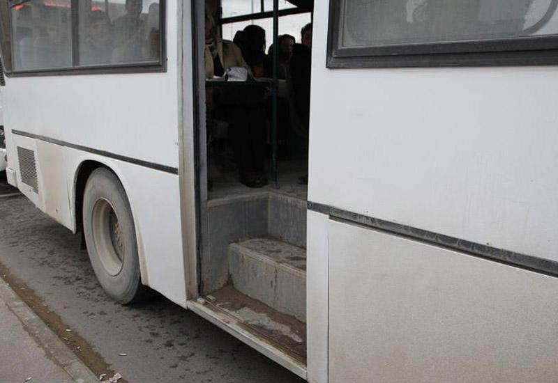 В Баку автобус устроил аварию, есть погибшая