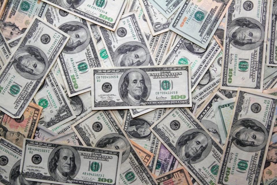 Курс доллара опустился до57,7 рубля