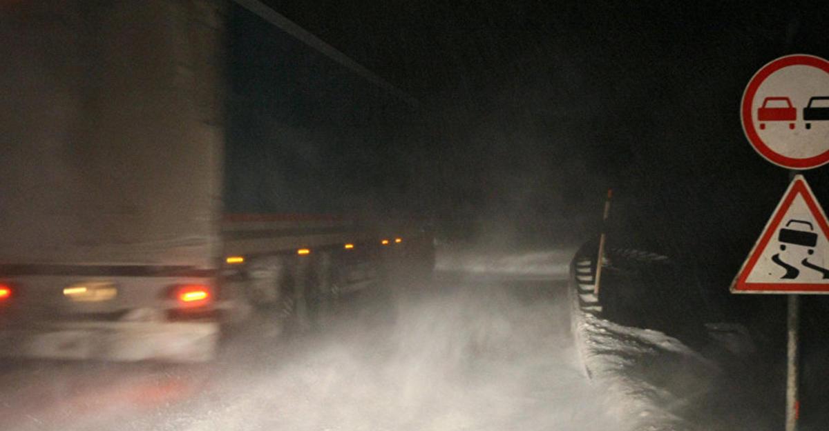 Автомобильную дорогу изГрузии в РФ завалило снегом