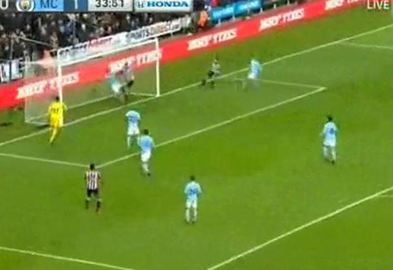 """Защитник """"Манчестер Сити"""" залетел в ворота вместо мяча"""