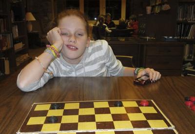 Парень вот уже 9 лет играет в шашки со своей сестрой и постоянно выигрывает. А после фотографирует её красноречивую реакцию