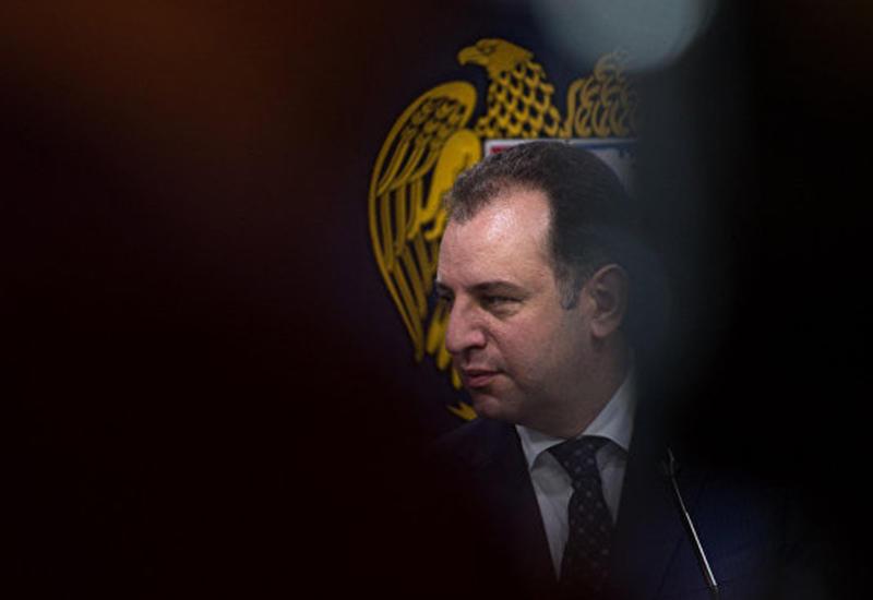 """Министру обороны Армении не удалось отвертеться от ответа за """"попрошайку"""""""