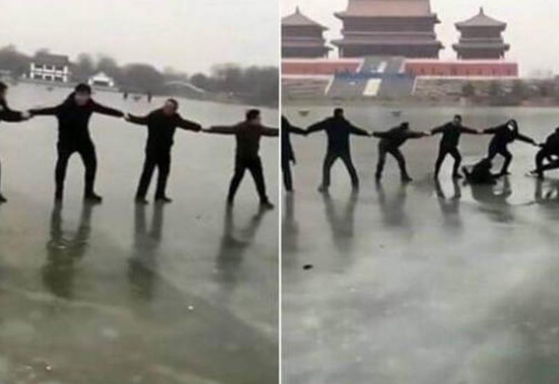 Люди, выстроившись цепью, спасли провалившуюся под лёд китайскую семью