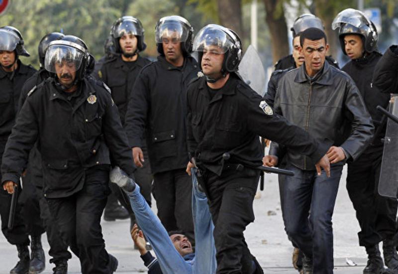 Во время протестов в Тунисе пострадали около 50 полицейских