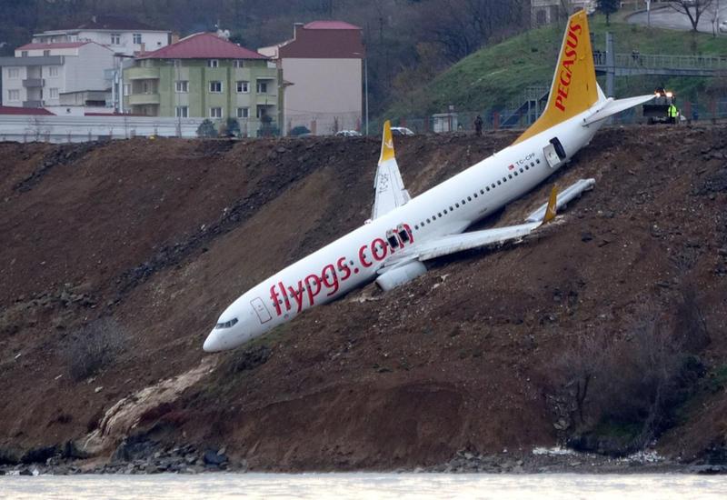 """Названа причина инцидента с повисшим над обрывом самолетом в Турции <span class=""""color_red"""">- ВИДЕО</span>"""