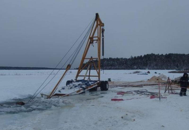 """Трактор ушел под лед при попытке вытянуть кран, спасавший бензовоз <span class=""""color_red"""">- ВИДЕО</span>"""