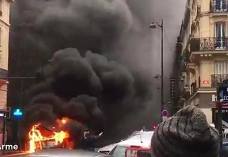 """В Париже загорелся автобус с 30 пассажирами <span class=""""color_red"""">- ВИДЕО</span>"""