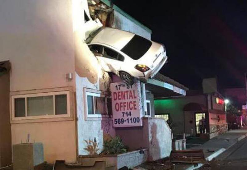 """Автомобиль """"приземлился"""" на втором этаже офисного здания в США"""