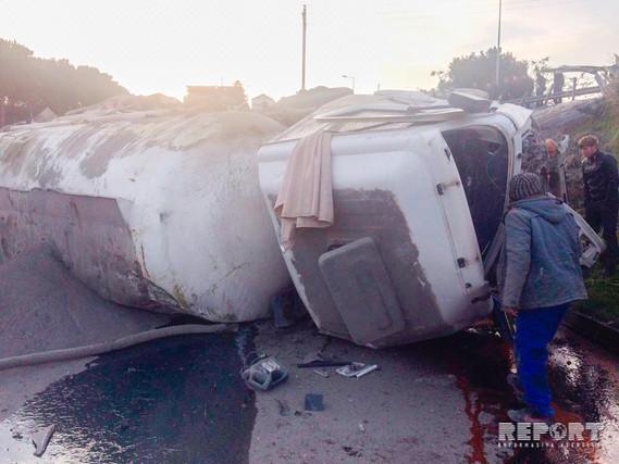 ВАзербайджанской столице фургон упал смоста