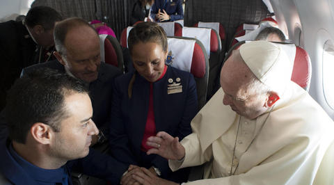 Папа Римский Франциск обвенчал пару наборту самолета
