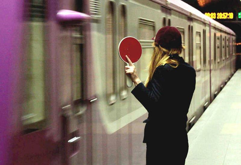 ЧП в бакинском метро: поезд застрял в туннеле