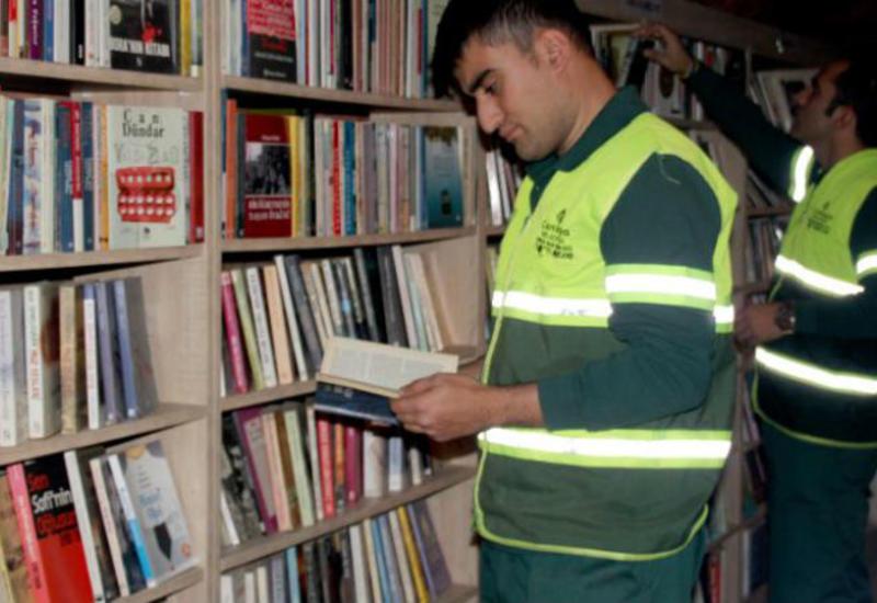 """Одни выбрасывают, другие собирают: турецкие мусорщики собрали библиотеку из «спасенных» книг <span class=""""color_red"""">- ФОТО</span>"""
