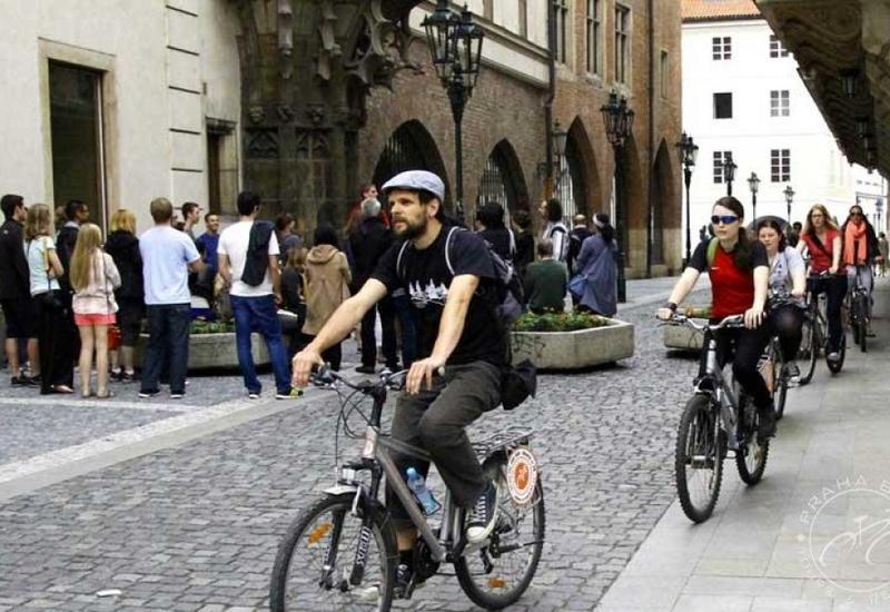 В центре Праги запретят велосипеды и самокаты