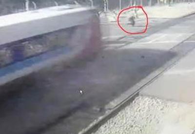 """Камера запечатлела гибель израильтянки, попытавшейся перебежать железнодорожные пути <span class=""""color_red"""">- ВИДЕО</span>"""