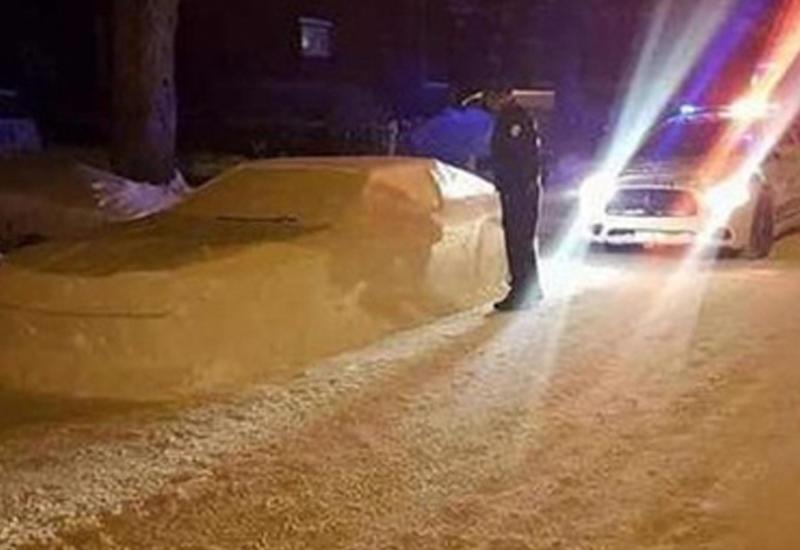 Полицейские приняли снежную скульптуру за реальный автомобиль