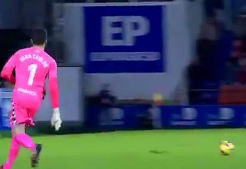 """Невероятный гол испанского вратаря со своей половины поля <span class=""""color_red"""">- ВИДЕО</span>"""