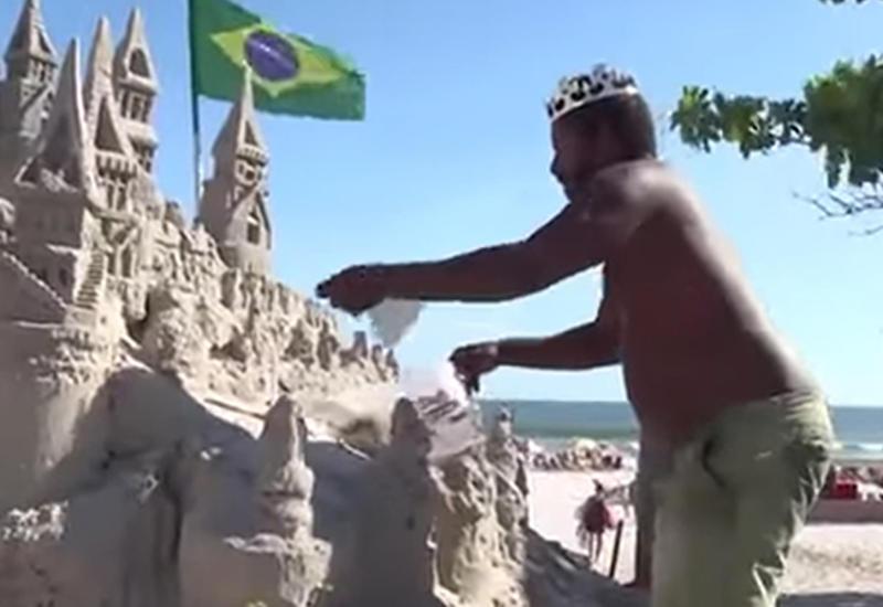 """Бразильский """"король пляжа"""" 22 года прожил в замке из песка"""