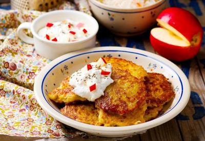 Хрустящие картофельные оладьи с яблочным соусом  - Пошаговый рецепт