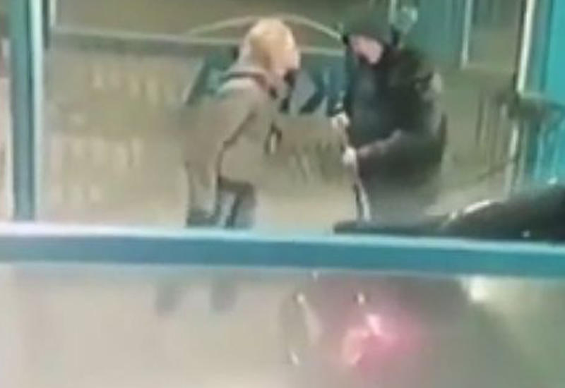 Мужчина остудил орущую на него девушку струей ледяной воды