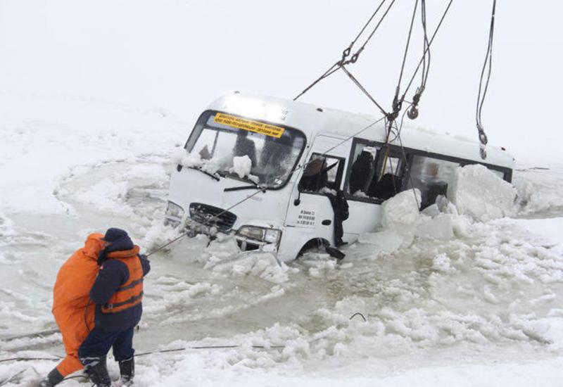 Avtobus buzun altına düşdü - İtkinlər var