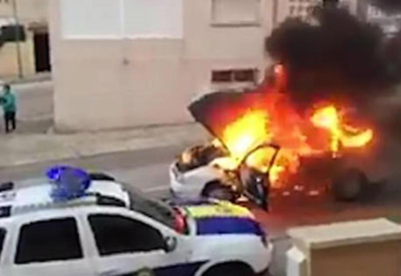 Загоревшийся автомобиль укатился от пожарных и полицейских