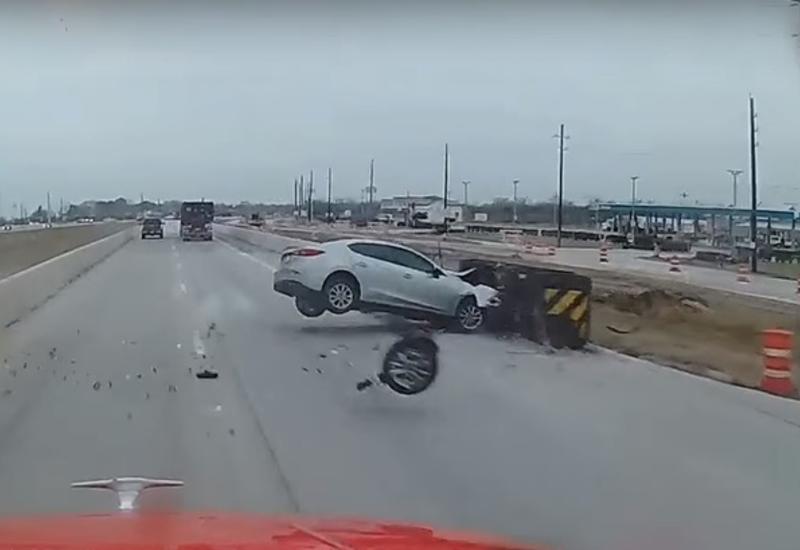 Грузовик на трассе в Техасе снес легковушку, за секунду до этого попавшую в ДТП