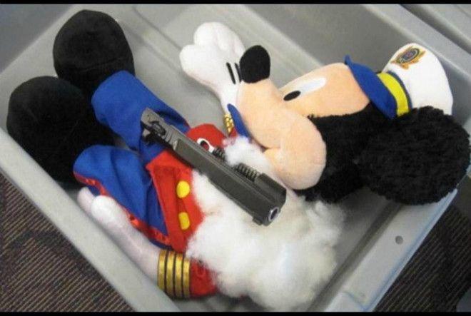 Пистолет в игрушке