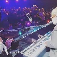 """Элтон Джон получил бусами по зубам во время концерта в Лас-Вегасе <span class=""""color_red"""">- ВИДЕО</span>"""