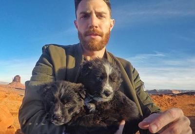 Мужчина нашел в пустыне двух щенков и объехал с ними половину США