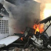 """Самолет упал на жилой дом в Венесуэле, есть погибший <span class=""""color_red"""">- ФОТО</span>"""
