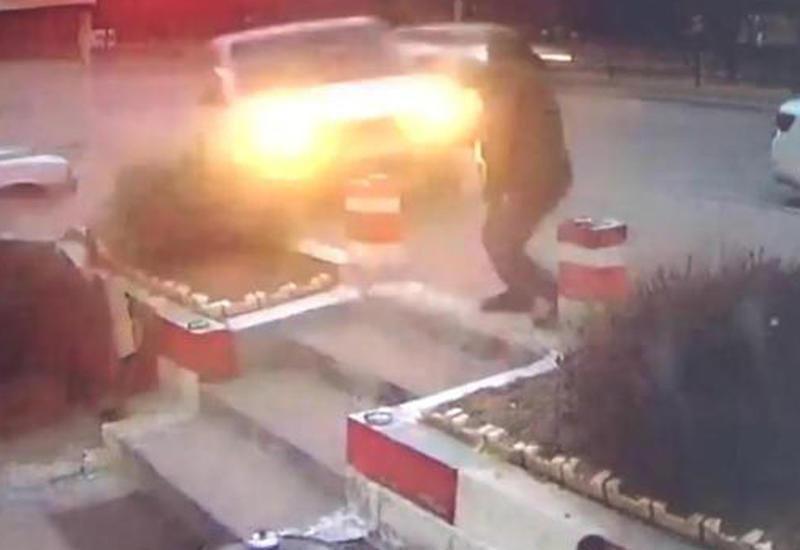 """Подпрыгнувший автомобиль убил курившего у кафе турка <span class=""""color_red"""">- ВИДЕО</span>"""