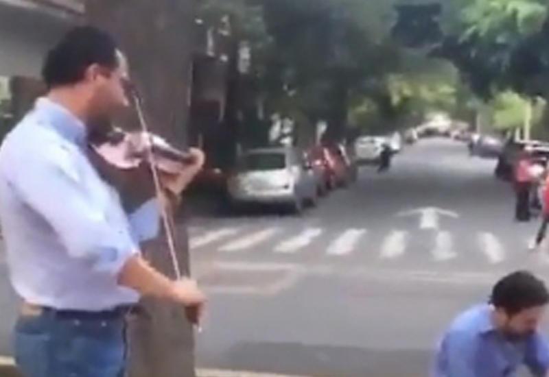 """Мексиканец, играющий на скрипке во время землетрясения, стал героем Сети <span class=""""color_red"""">- ВИДЕО</span>"""