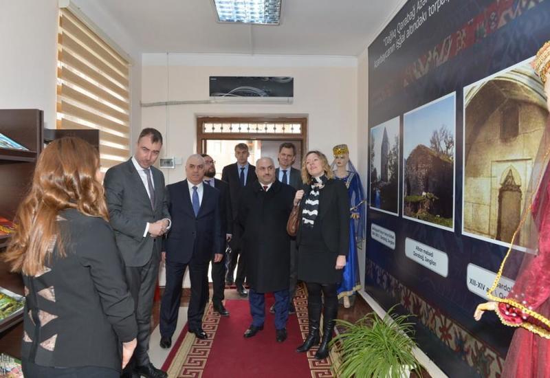 """Спецпредставитель ЕС встретился в Азербайджане с вынужденными переселенцами <span class=""""color_red"""">- ФОТО</span>"""