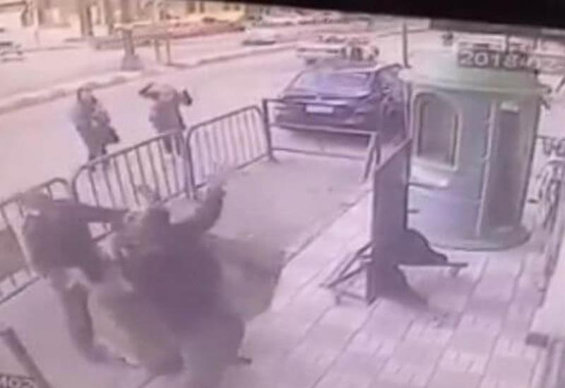"""Полицейские успели поймать ребёнка, выпавшего с балкона на третьем этажа дома <span class=""""color_red"""">- ВИДЕО</span>"""