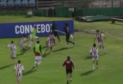 """Futbolda görünməyən hadisə - Künc bayrağı ilə cəngavər kimi savaşdı <span class=""""color_red"""">- VIDEO</span>"""