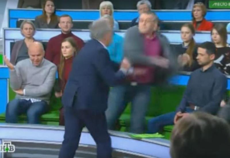 """Российский телеведущий подрался с гостем в прямом эфире <span class=""""color_red"""">- ВИДЕО</span>"""